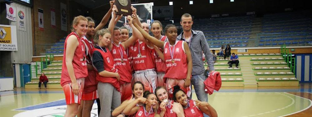 L'équipe de basket de Venelles soulève un trophée