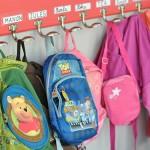 Sacs à dos d'écoliers accrochés dans un vestiaire