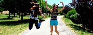 Deux jeunes filles sautant sur place