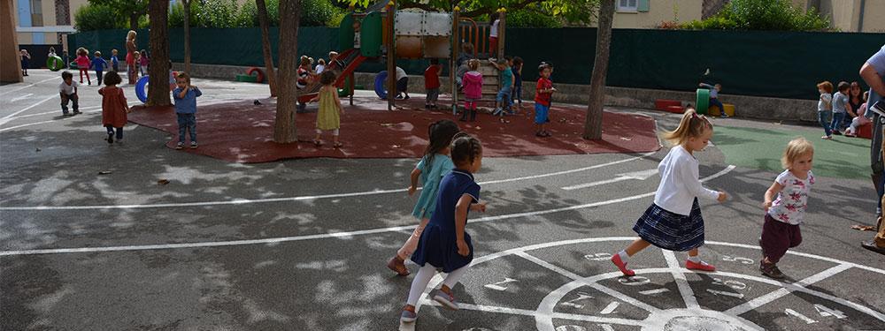 Jeunes enfants jouant à la marelle