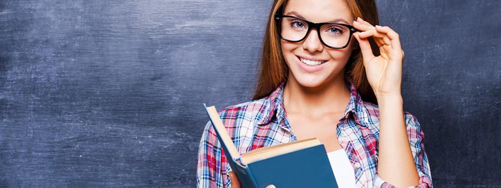 Jeune fille souriante tient un livre