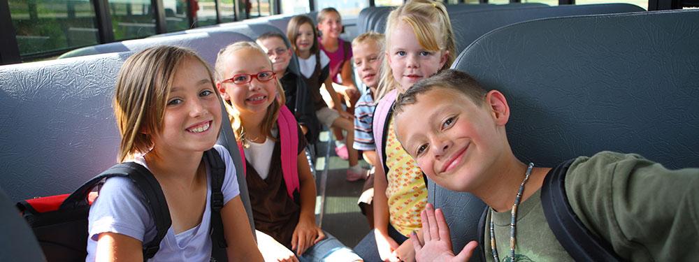 Enfants dans un bus scolaire