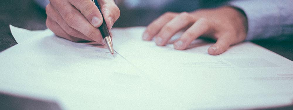 Photo d'un homme remplissant un formulaire