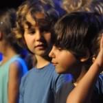 Enfants participant à un spectacle