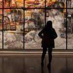 Photo d'une femme regardant un tableau