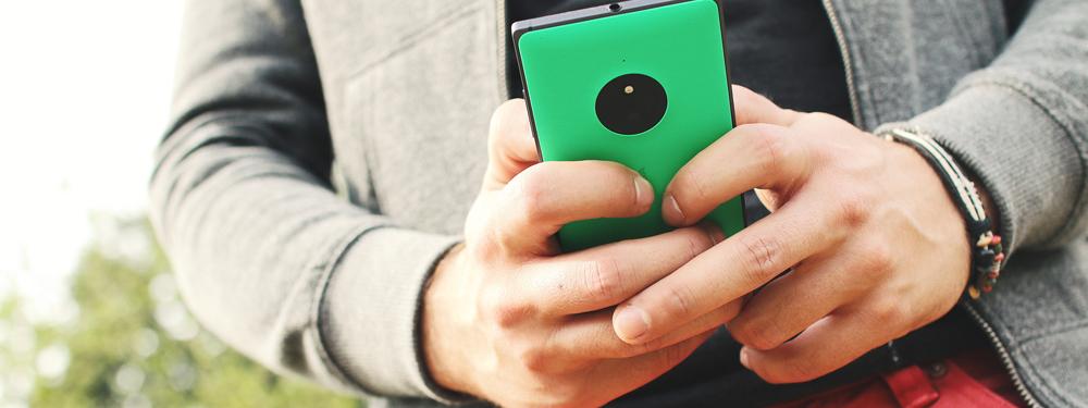 Photo d'un homme regardant son téléphone portable