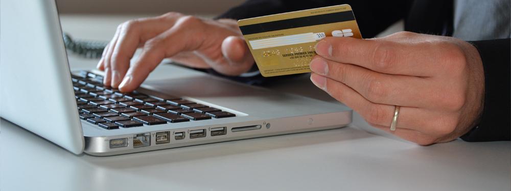 Photo d'un homme faisant un paiement en ligne