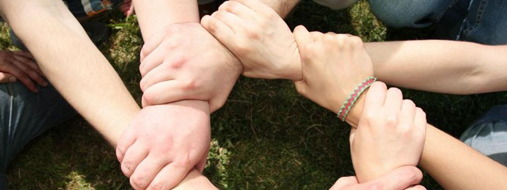 Photo de mains se tenant les unes aux autres
