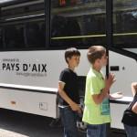 Photo d'enfants montant dans un bus