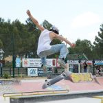 Photo d'un skater en train de faire un trick