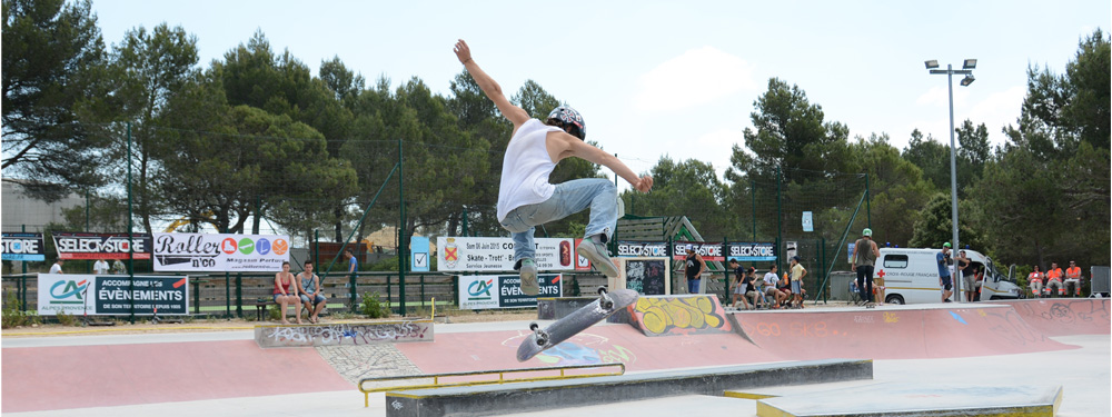 Photo d'un skater en train de faire un trick