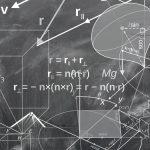 Photo d'un tableau noir avec des maths et de la géométrie dessinés dessus