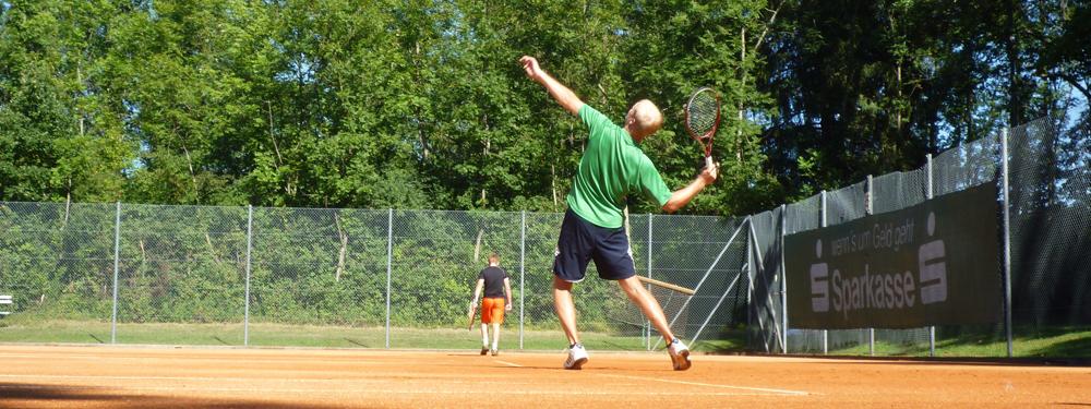 Tennisman en train de servir