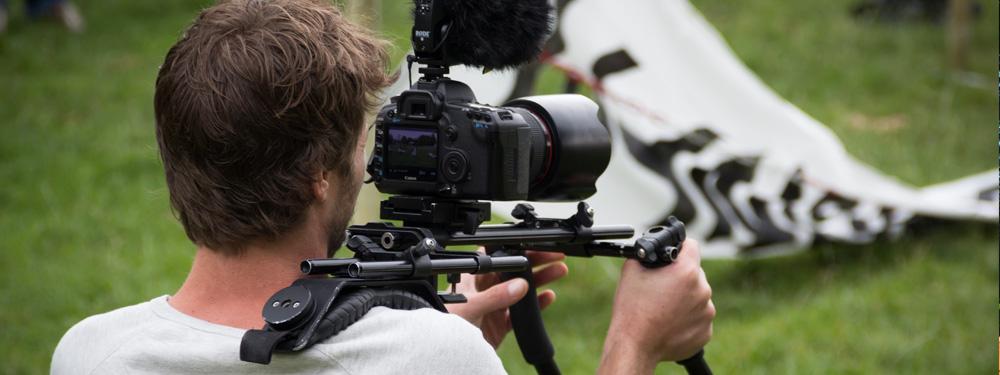 Photo d'un cameraman en train de tourner une scène
