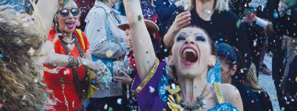 Photo d'une femme jetant des confettis