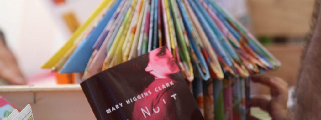 Photo d'un livre posé sur un présentoir