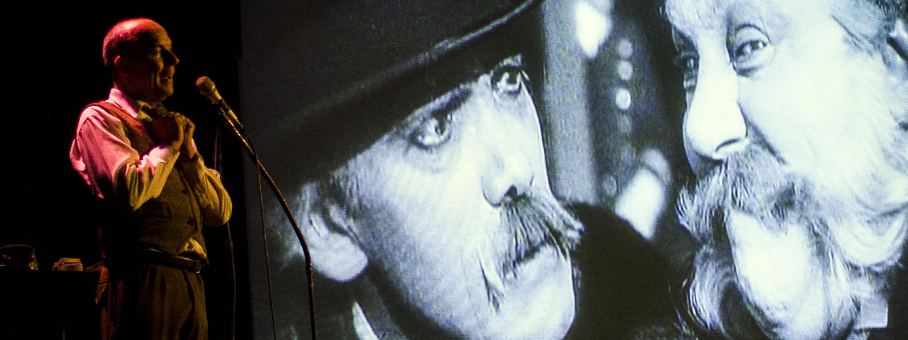 Photo d'un comédien qui double un film muet en direct