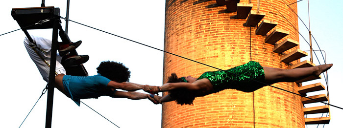 Photo d'acrobatie aérienne de deux circassiens en tenue disco