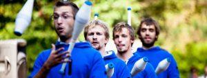 Photo de 4 artistes jonglant avec des massues