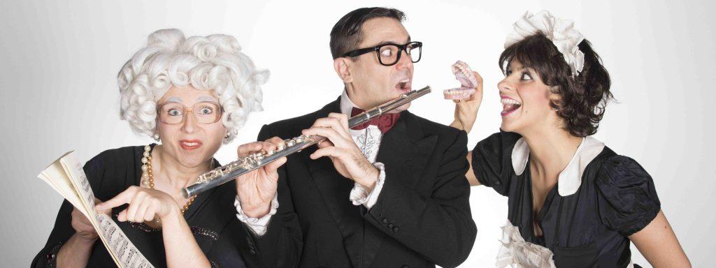 Photo d'une vieille tantine avec une partition, un musicien avec une clarinette et une servante tenant dans ses mains un dentier