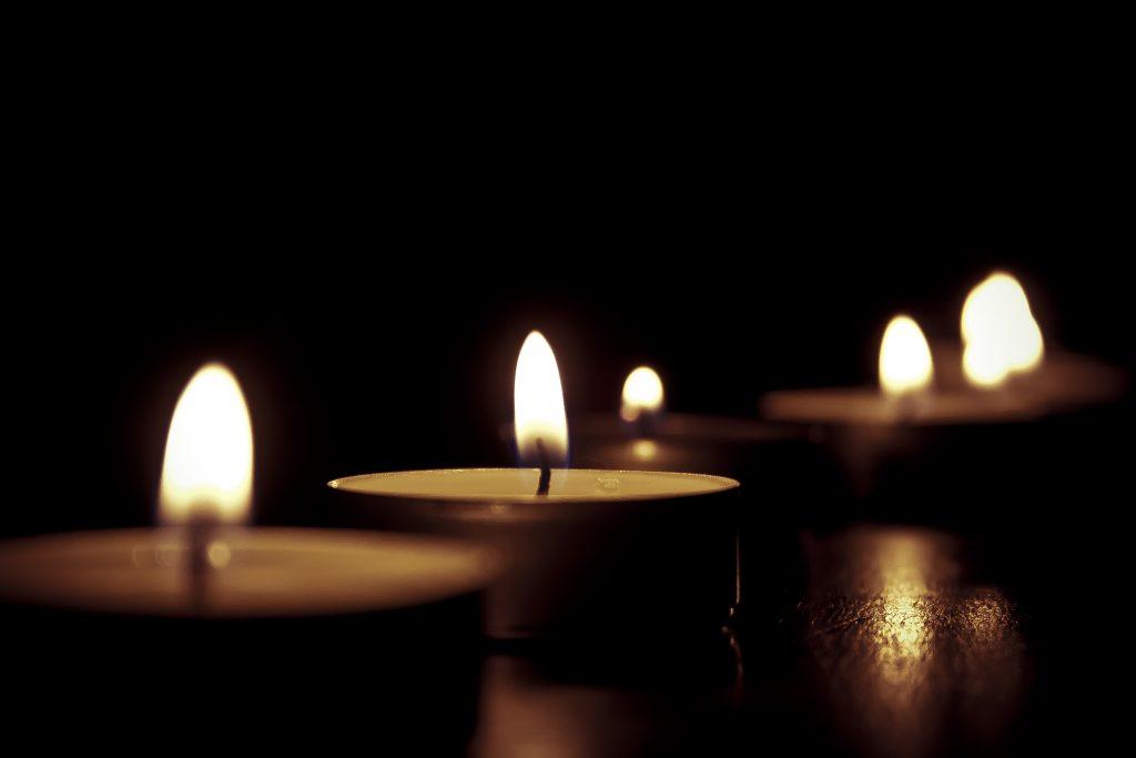 Photos de bougies allumées en hommage aux victimes des attentats