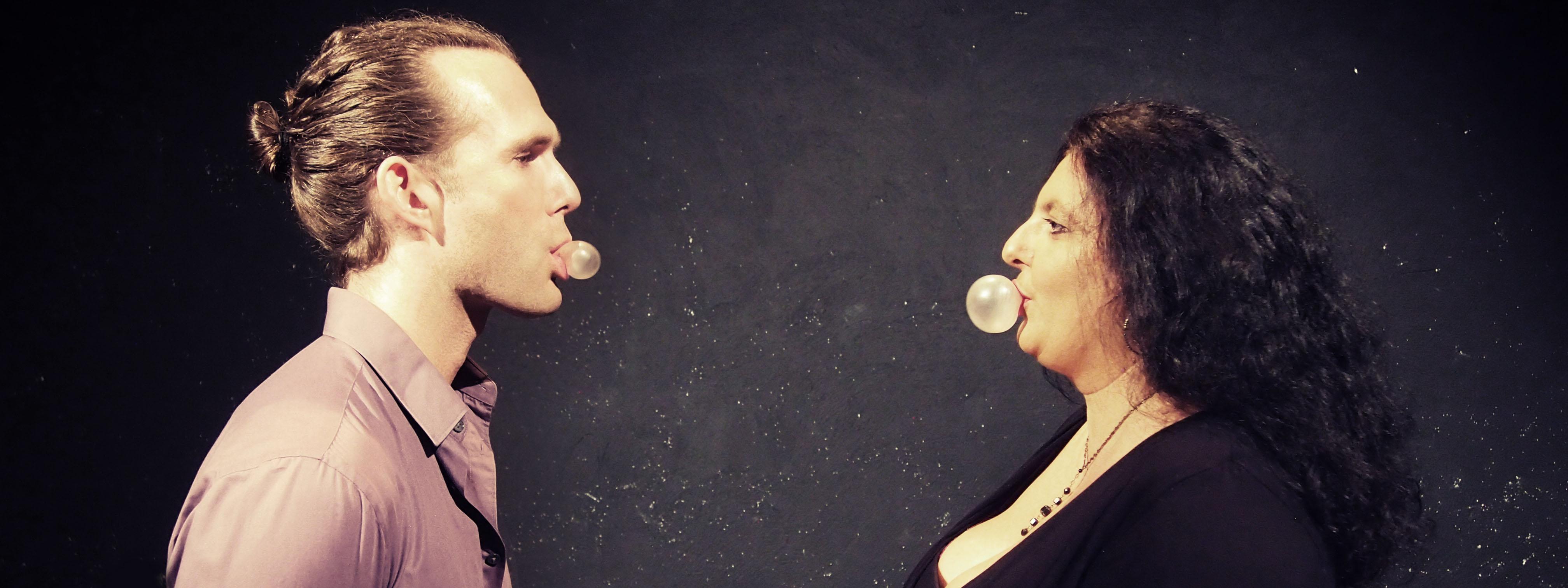Photo d'un pianiste et d'une chanteuse faisant des bulles de chewing gum