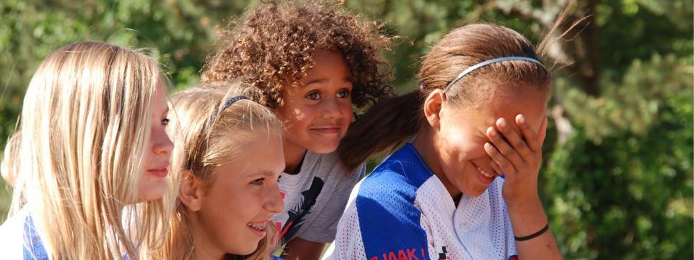 Photo de 4 enfants en train de regarder un match sportif