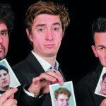 Photo des 5 artistes tenant dans leur main un photo d'eux plus jeune