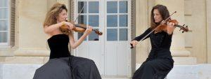 Photo de deux violonistes jouant sur une terrasse