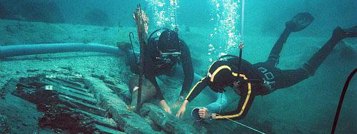 Photo de deux plongeurs lors de fouilles sous-marines