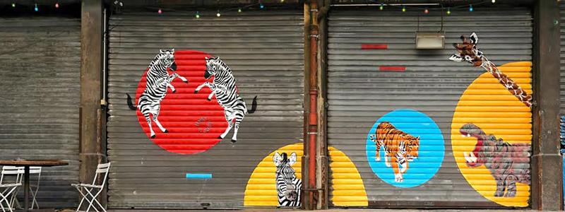 Photo de Mosko : des animaux de la savane peint sur des rideaux de fer