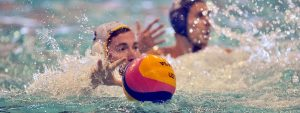 Photo de 2 joueurs de waterpolo du PAN en pleine action