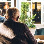 Photo d'un senior en train de boire un café à une terrasse