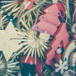 Photo de déco de noel en bois entassée : sapin de noel rouge, étoile en bois clair, lutin…