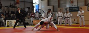 Photo de 2 judokas en train de se battre sur un tatami lors de la compétition internationale 2016