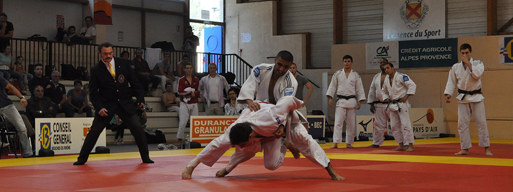 Photo de 2 judokas en train de se battre sur un tatami lors de la compétition internationale 2016