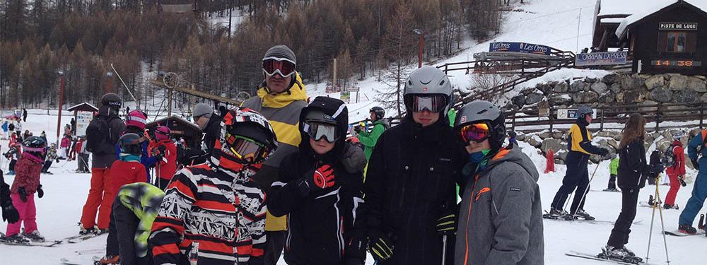 Photo de plusieurs participants du séjour ski 2015 posant en tenue en bas des pistes