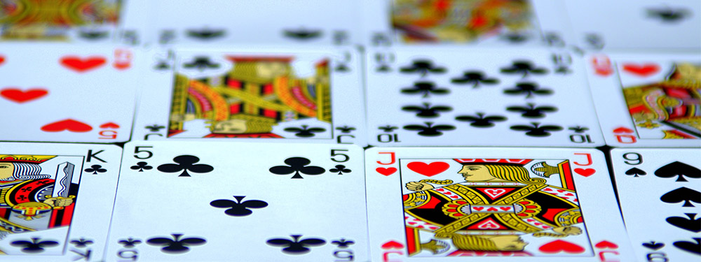 Cartes à jouer collés les unes aux autres formant un tapis de cartes