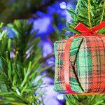 Photo d'un sapin avec une guirlande en forme de cadeau