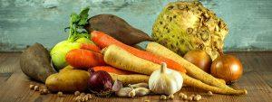 Photo de légumes du marché posé sur une table en bois