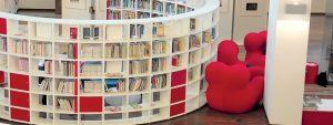 Photo d'une bibliothèque de forme arrondie avec du mobilier design