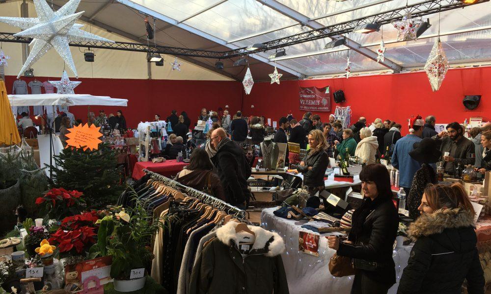 Photo du marché de Noël de Venelles avec les stands et les visiteurs en quête d'une cadeau ou d'un souvenir