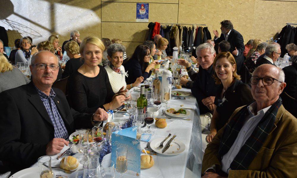 os élus ainsi que Jean-Claude Feraud, Maire de Trets et Conseiller Départemental du Canton de Trets, posant pour la photo au repas de noel des anciens