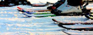 Photo de chaussures de ski au pied de skieurs prêts à dévaler les pistes enneigées