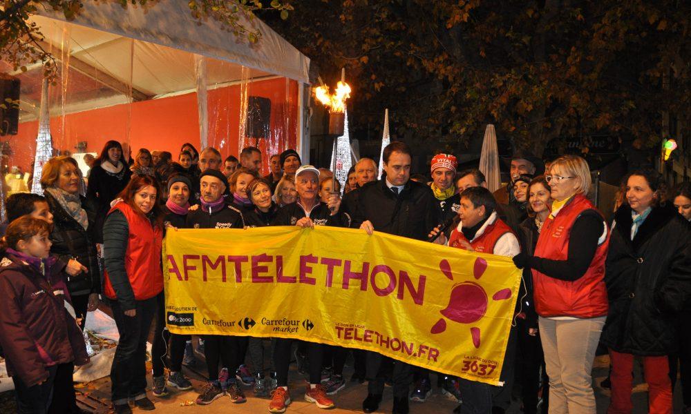 Photo du lancement de la flamme du Téléthon avec l'équipe du Téléthon, le speedy Club et Arnaud Mercier, maire de Venelles