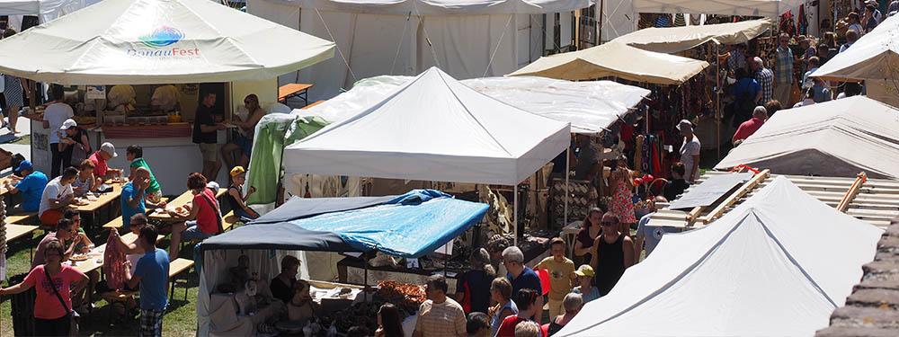 Photo d'un marché couvert par plusieurs chapiteaux