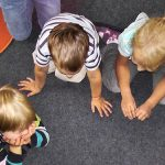 Photos d'un groupe d'enfants en train de jouer sur le sol