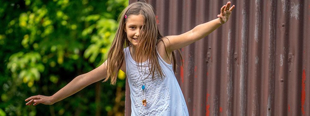 Photo d'une jeune fille marchant en équilibre sur un trottoir