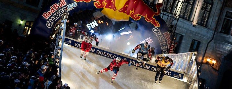 Photo du redbull Crashed Ice avec des hockeyeurs d'élançant sur la piste
