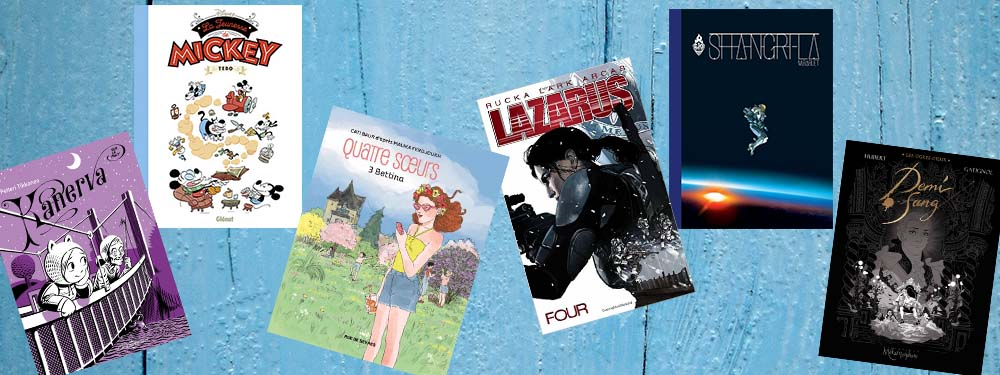 """Sélection de 5 BD de la bibliothèque pour petits et grands posés sur un fond """"porte bleue"""""""
